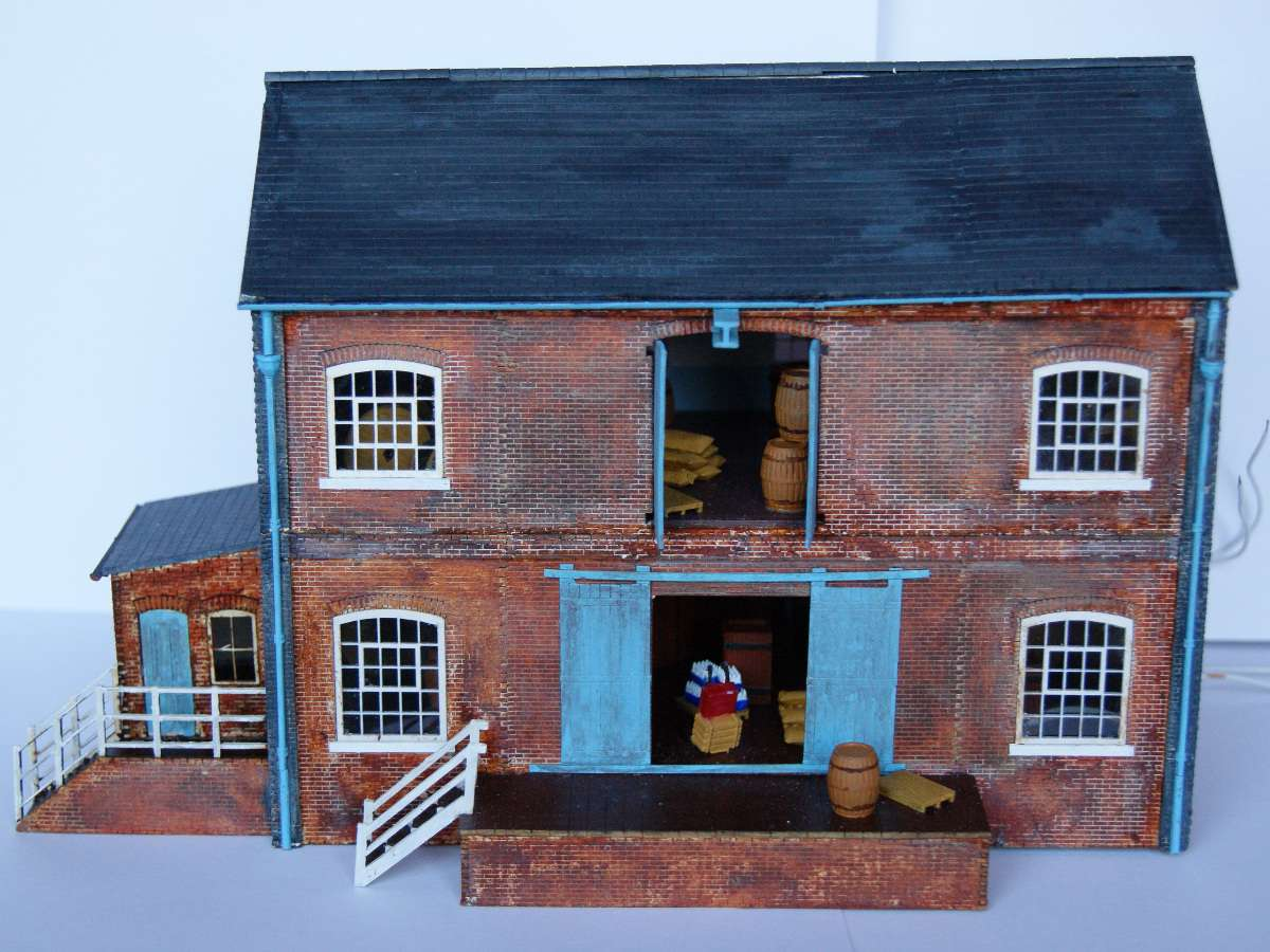 Beautifully assembled and painted B 00-16 warehouse by Claire and Martin. Some of the modifications include pipes and gutters as well as steel beam for the crane. Submitted by Claire and Martin Gilmore on 1st February 2015