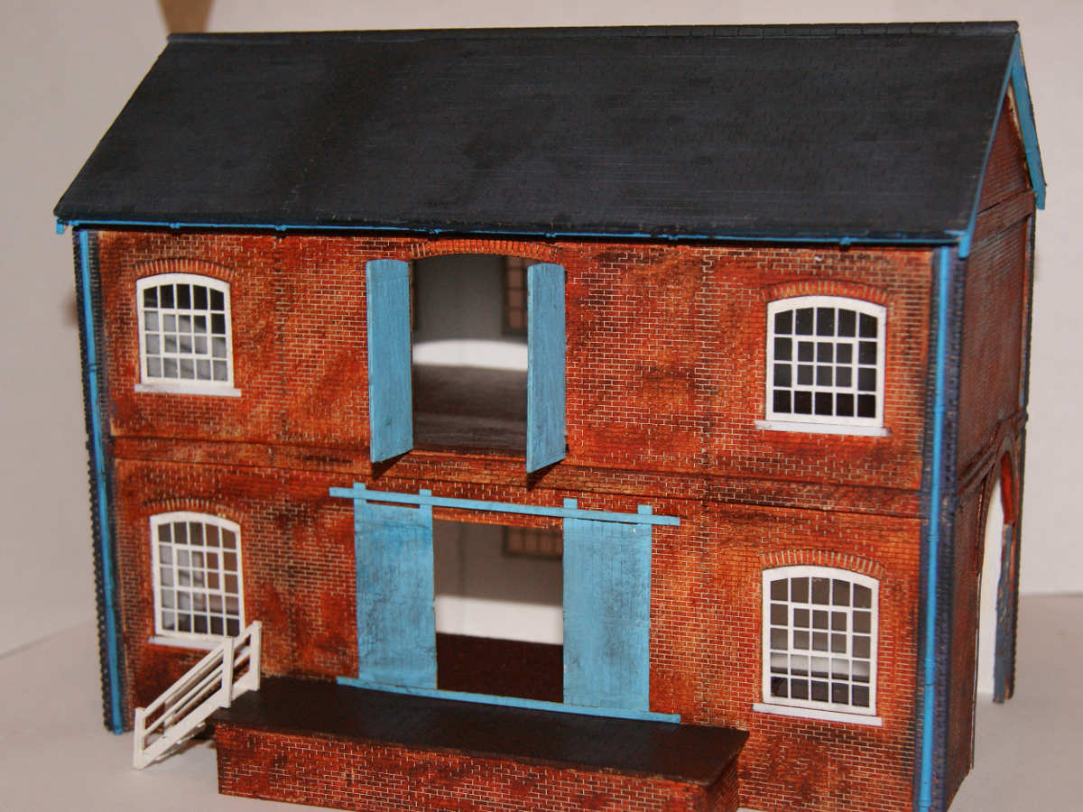 B 00-16 lineside warehouse painted and assembled by Claire and Martin. A very interesting modification of the two railways entrances allowing goods to be unloaded from the inside of the warehouse. Submitted by Claire and Martin Gilmore on 13th May 2015